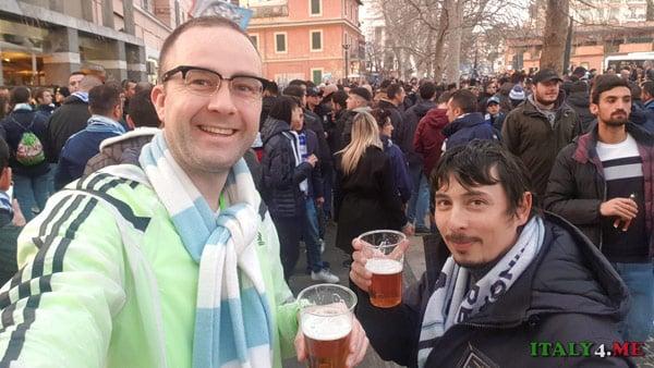 Болельщики футбольного клуба Лацио пьют пиво перед матчем