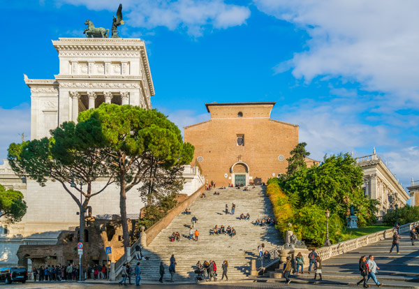 Фасад базилики Санта-Мария-ин-Арачели в Риме