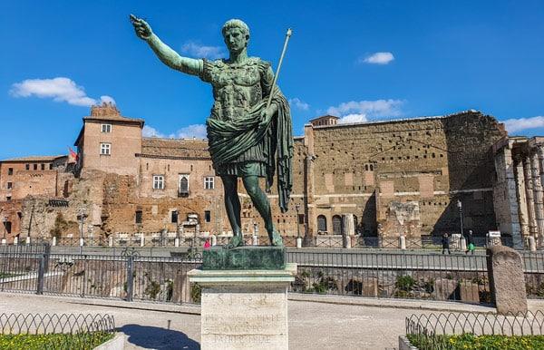 Стена Субурра (Muro della Suburra) на форуме императора Августа в Риме