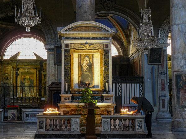 изображение Мадонны с Младенцем на колонне в базилике Санта Мария ин Арачели Рим
