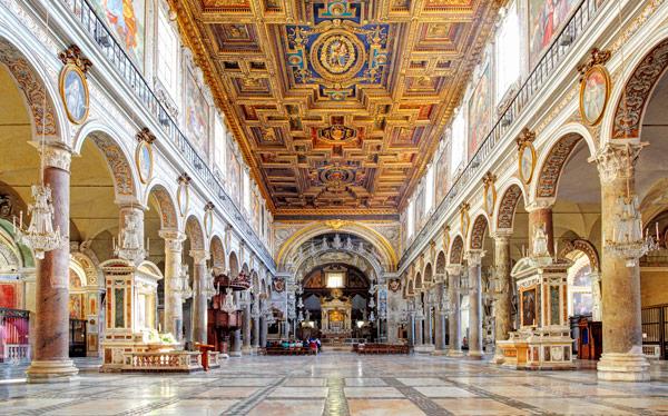 древние римские колонны в базилике Санта-Мария ин Арачели Рим