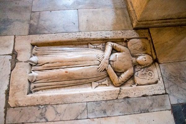 Надгробная плита на полу в базилике Санта-Мария ин Арачели Рим