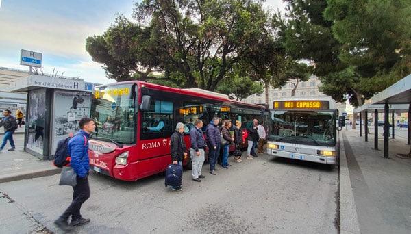 Остановка автобусов на вокзале Термини в Риме