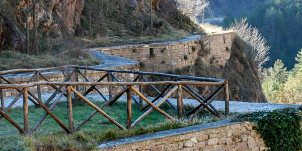 Средневековый акведук в Губбио