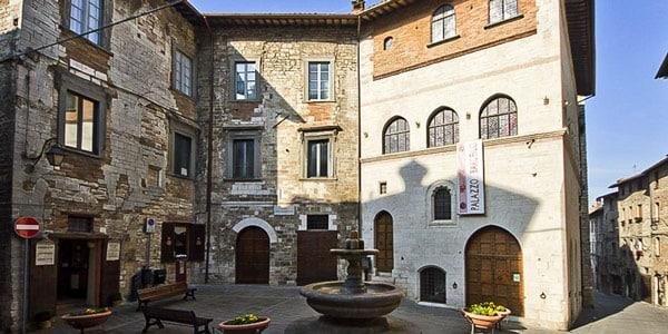 дворец XIII века в готическом стиле в центре Губбио Умбрия