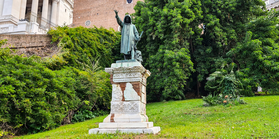 Памятник Кола ди Риенцо рядом с Капитолийской лестницей в Риме