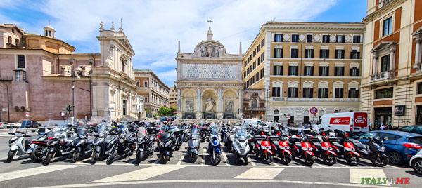Парковка скутеров у фонтана Аква Феличе в Риме