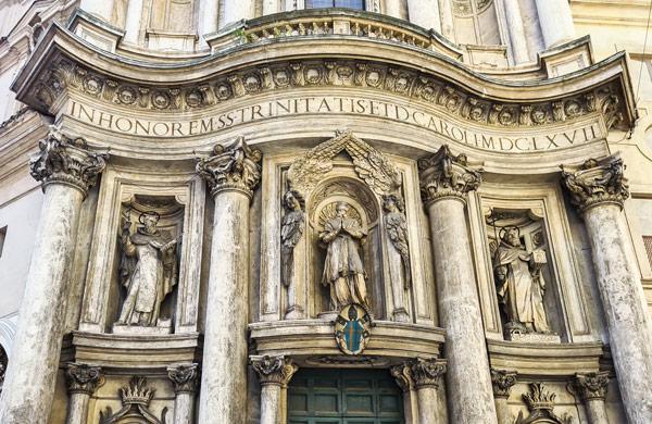 Надпись В честь Святой Троицы и Святого Карла. 1667 год на фасаде римской церкви Сан Карло алле куатро фонтане