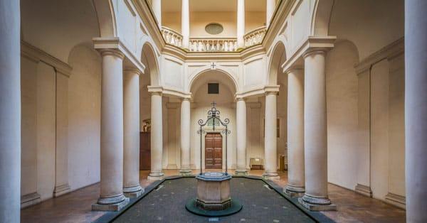 внутренний дворик монастыря Ордена Пресвятой Троицы в Риме проект Борромини