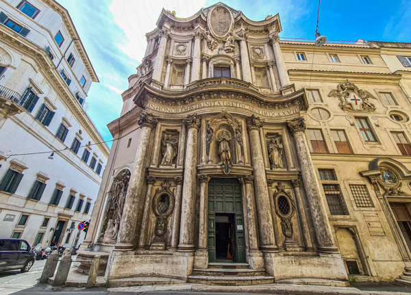 Фасад церкви Сан-Карло-алле-Куатро-Фонтане в Риме