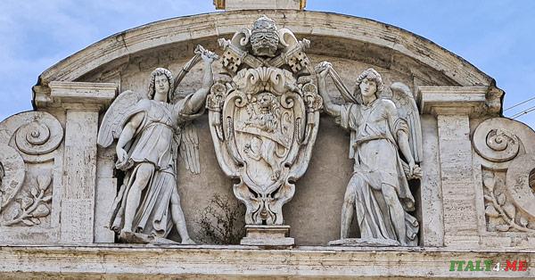 герб папы Сикста V на фонтане Аква Феличе в Риме