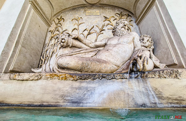 Фонтан бога реки Арно в Риме на площади четырёх фонтанов