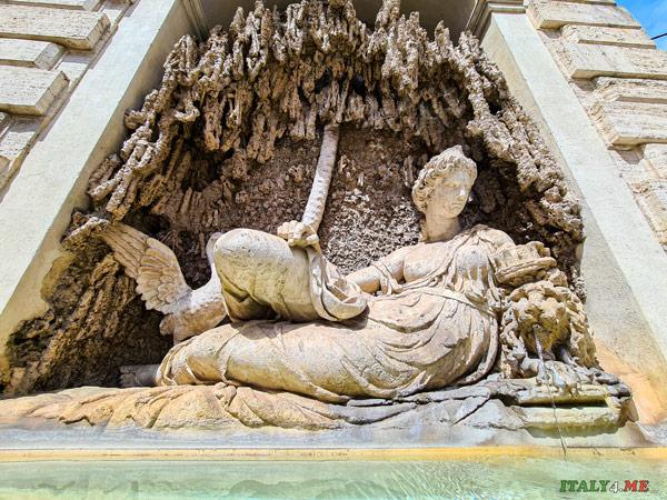 Фонтан богини Юноны на площади 4 фонтанов в Риме