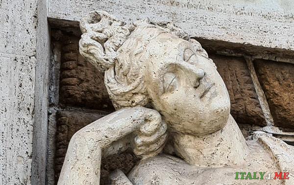 детали фонтана луна в волосах Дианы на площади 4 фонтанов в Риме