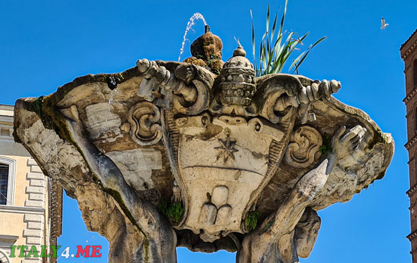 герб папы Климента XI на фонтане Тритонов в Риме